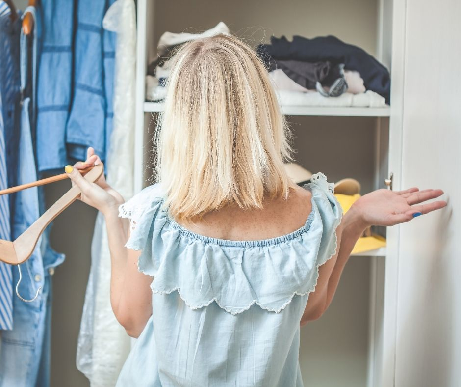 To feel more organized and always find something to wear, it's key to edit your closet. We explain 4 key steps to do it.